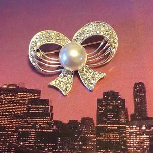 Jewelry - 💍BNWOT RHINESTONE & PEARL BOW BROOCH 💍